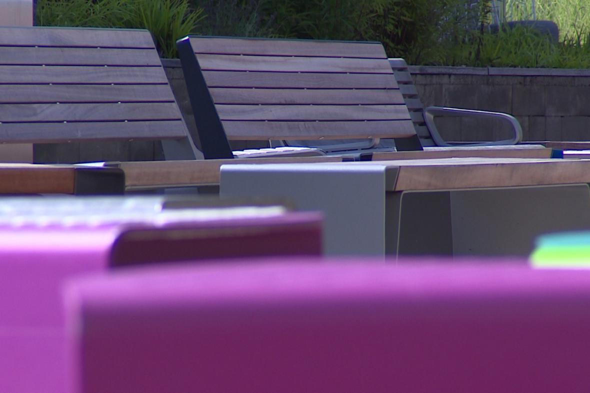 Na takové lavičky si budou za pár dnů moci sednout sportovci v olympijské vesnici