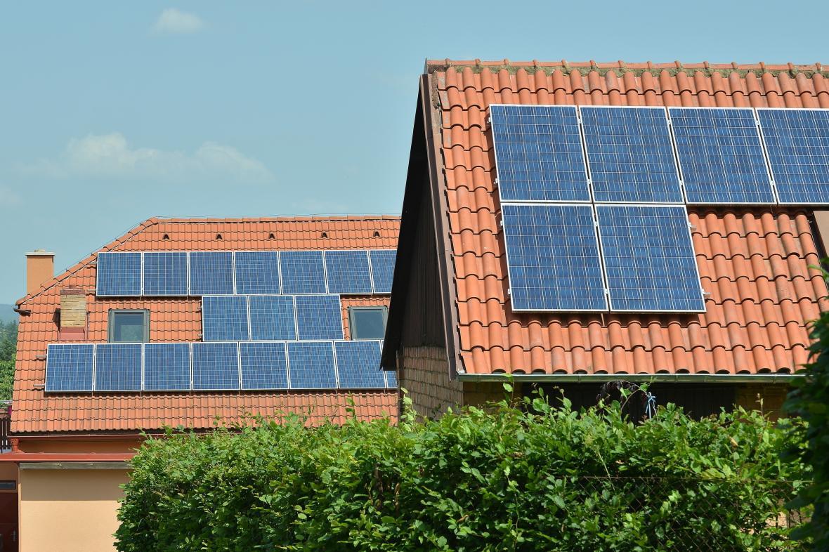 Solární panely na střechách domů v obci Vranová na Blanensku