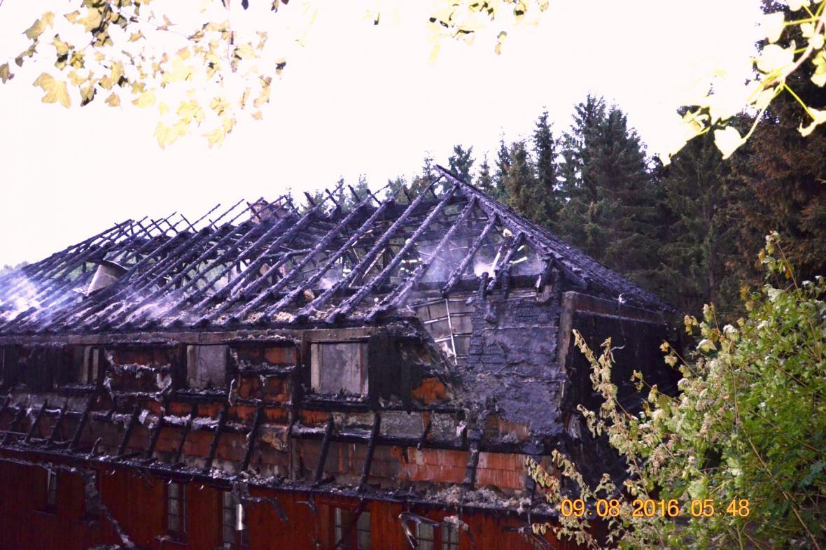 Vyhořelý penzion v Blatně