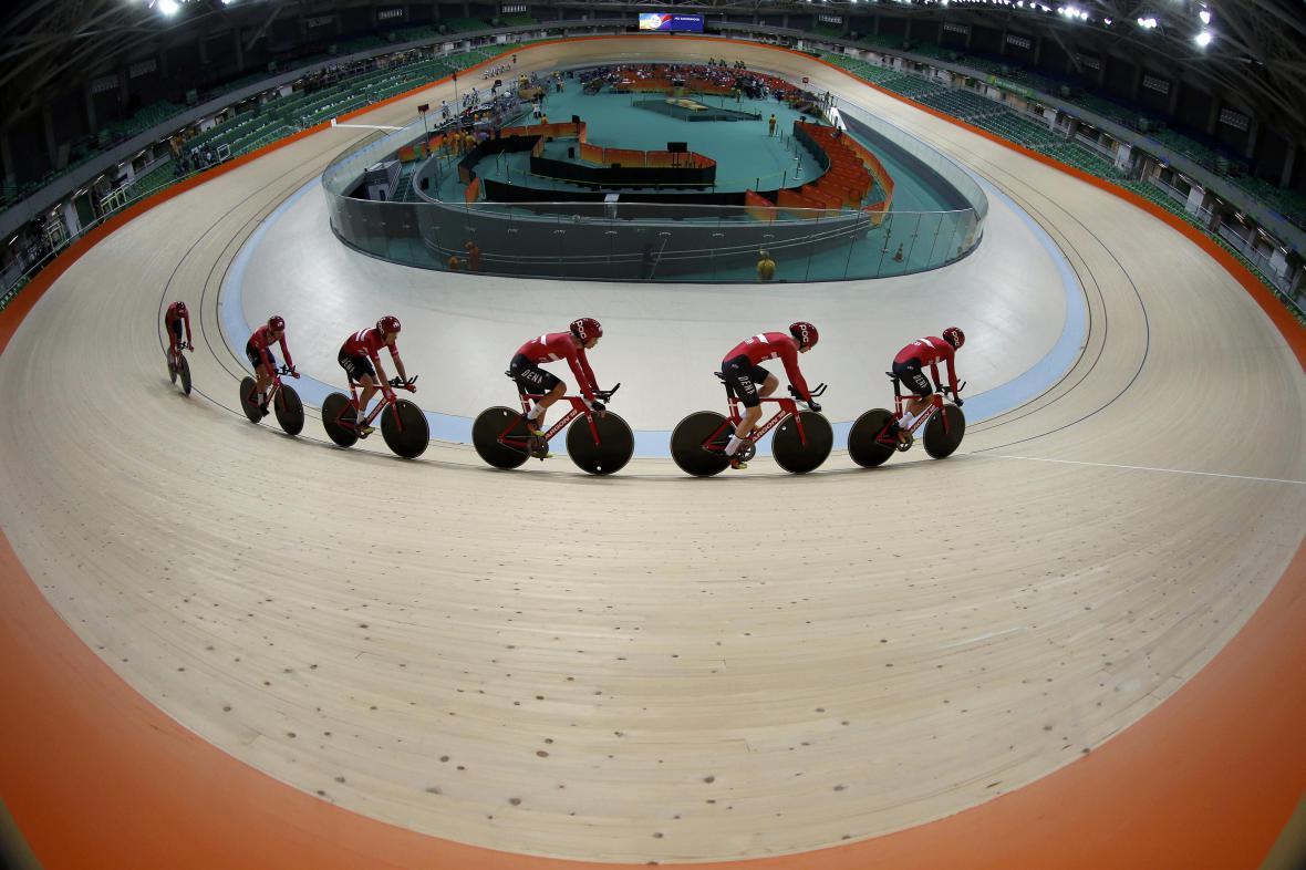Italské dráhové cyklistky při tréninku na olympijském velodromu