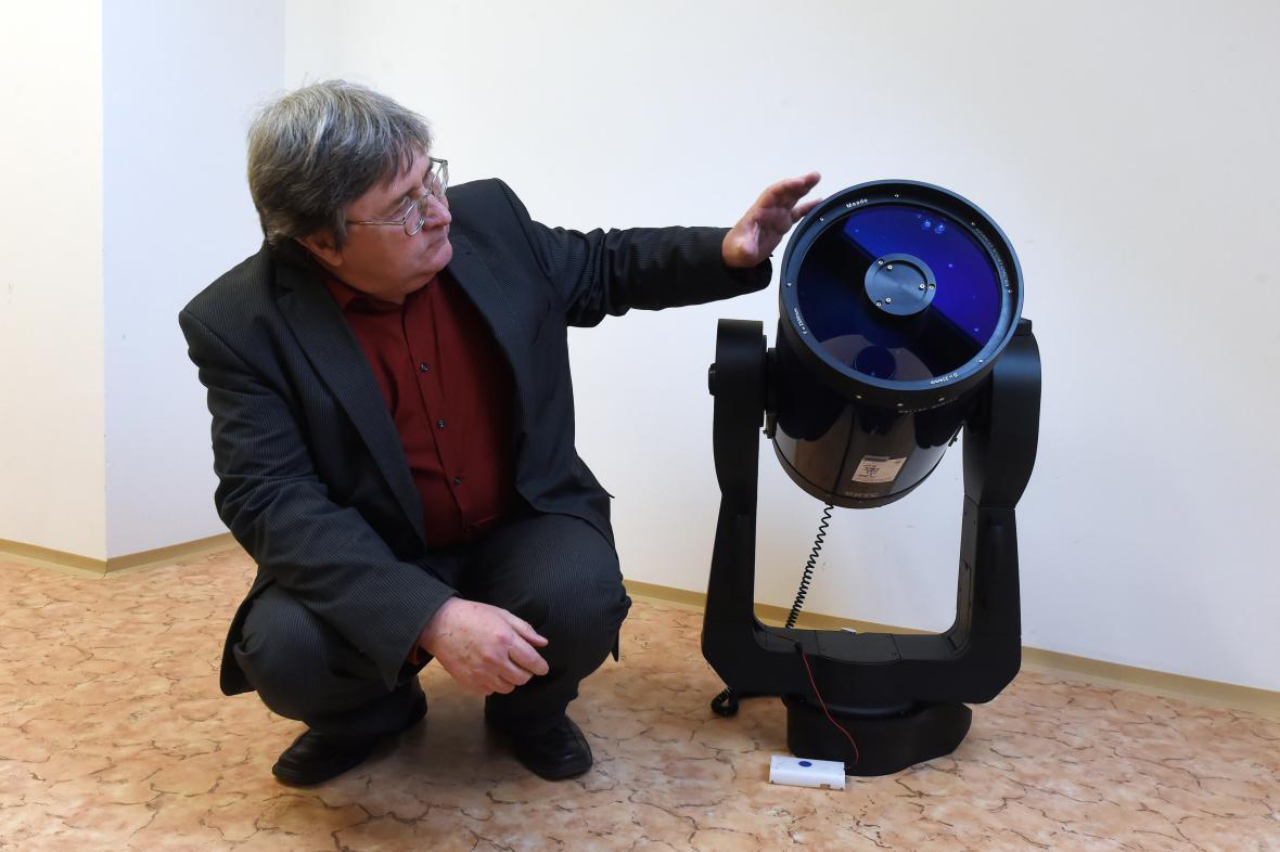 Děkan fakulty Zdeněk Stuchlík s novým dalekohledem.