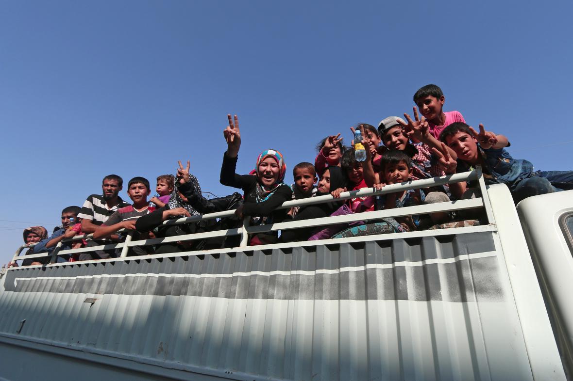 Slavící civilisté ze syrského Manbidžu