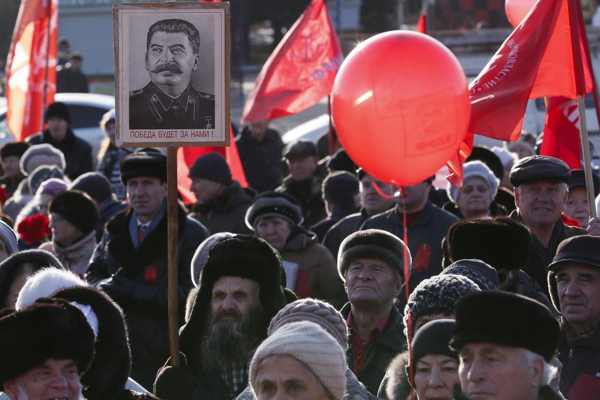 Komunisté v Krasnojarsku slaví výročí bolševické revoluce