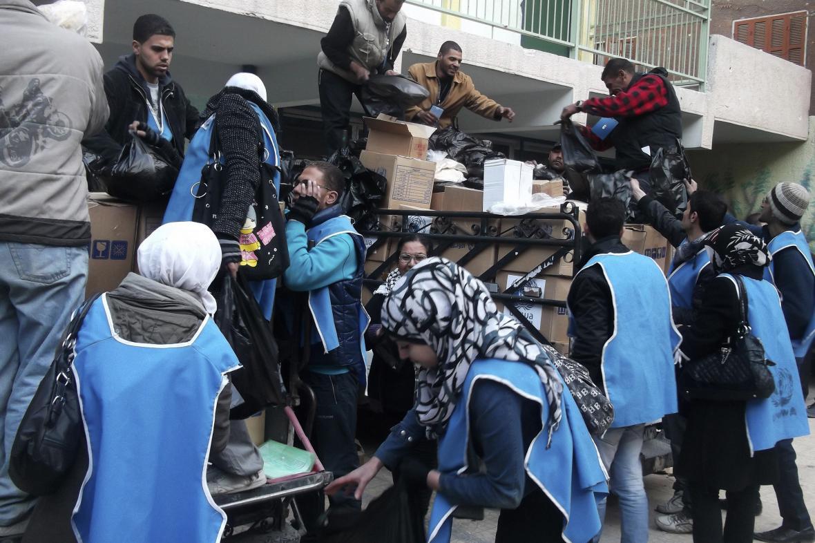 Humanitární pracovníci v palestinském uprchlickém táboře Jarmúk na jihu Damašku