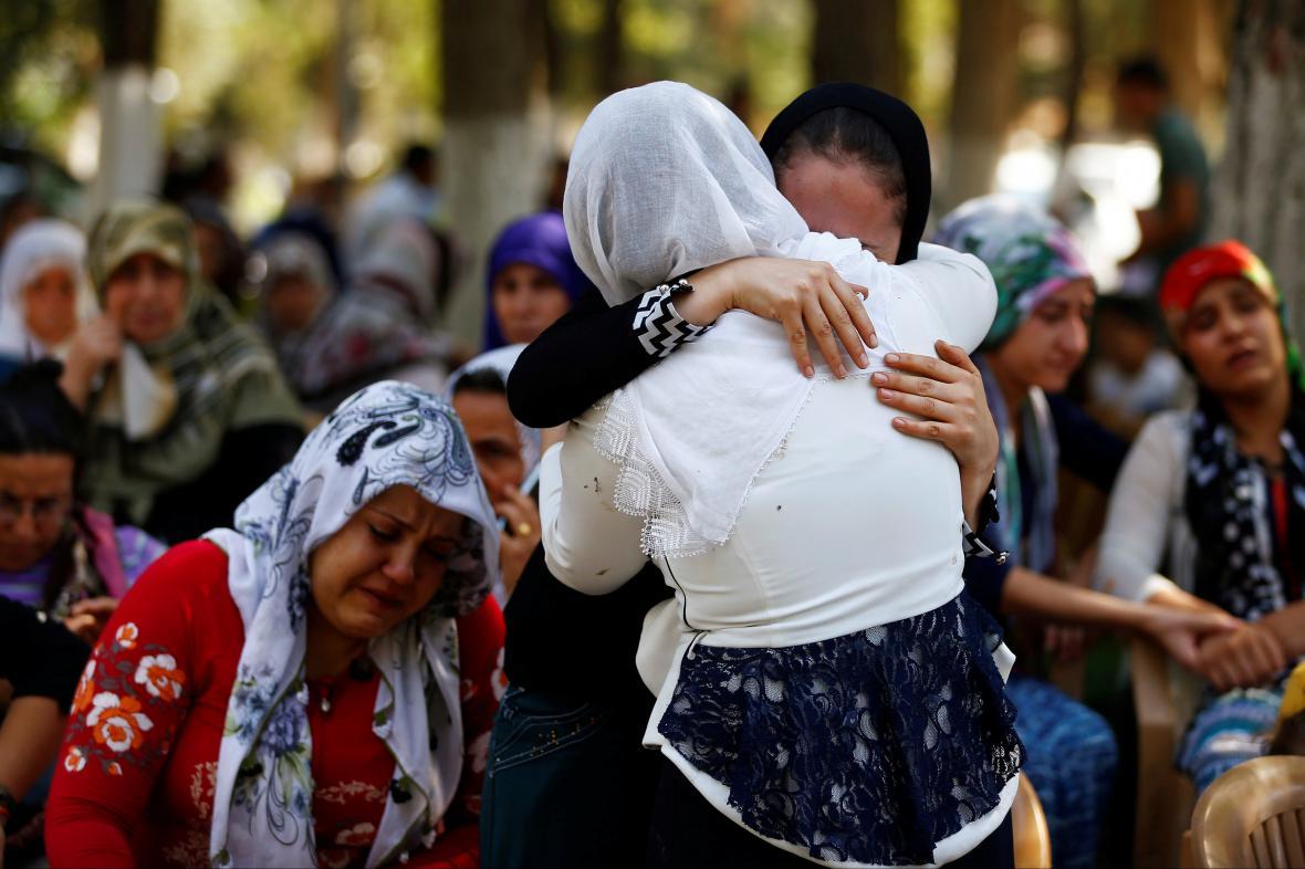 Lidé truchlí za obětí útoku sebevražedného atentátníka v tureckém Gaziantepu