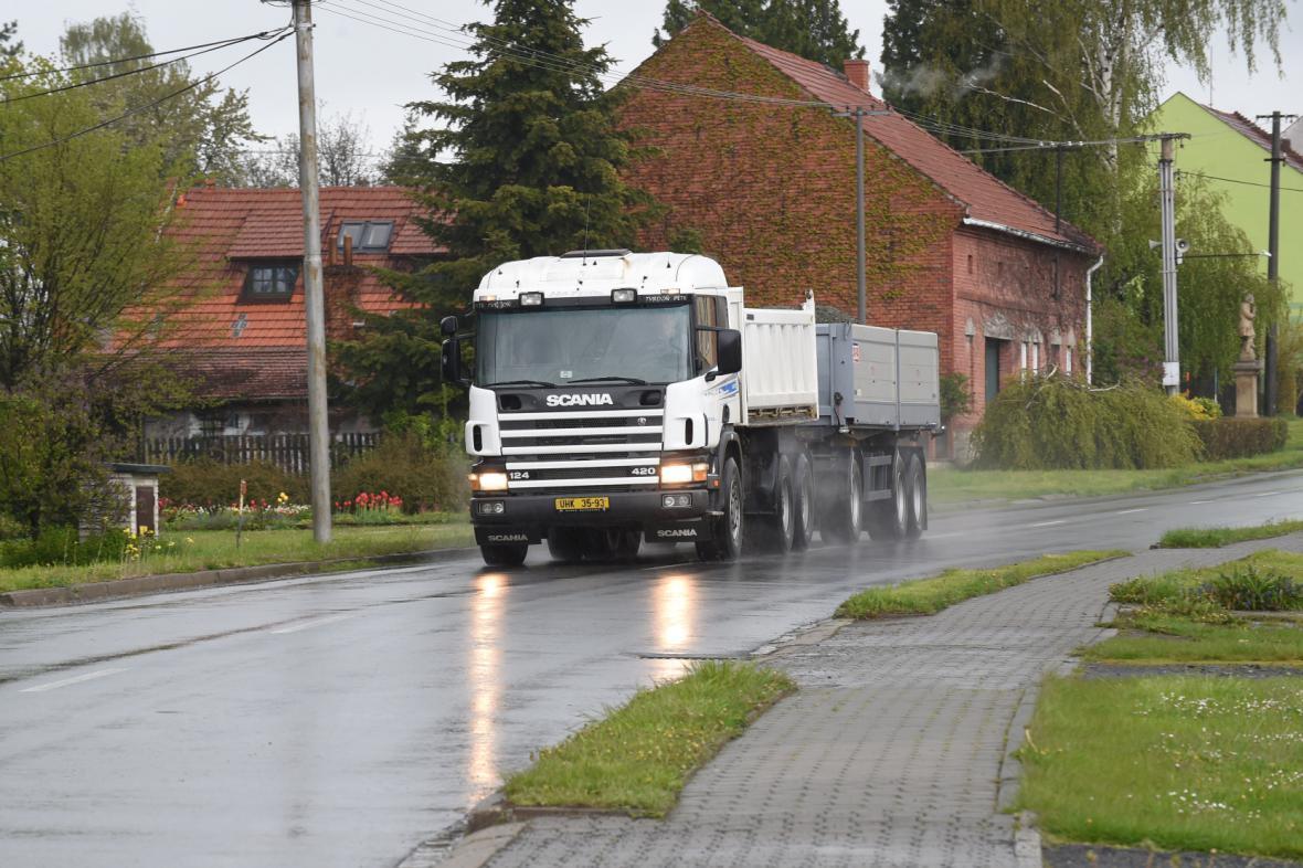 Kamion v obci Tlučín