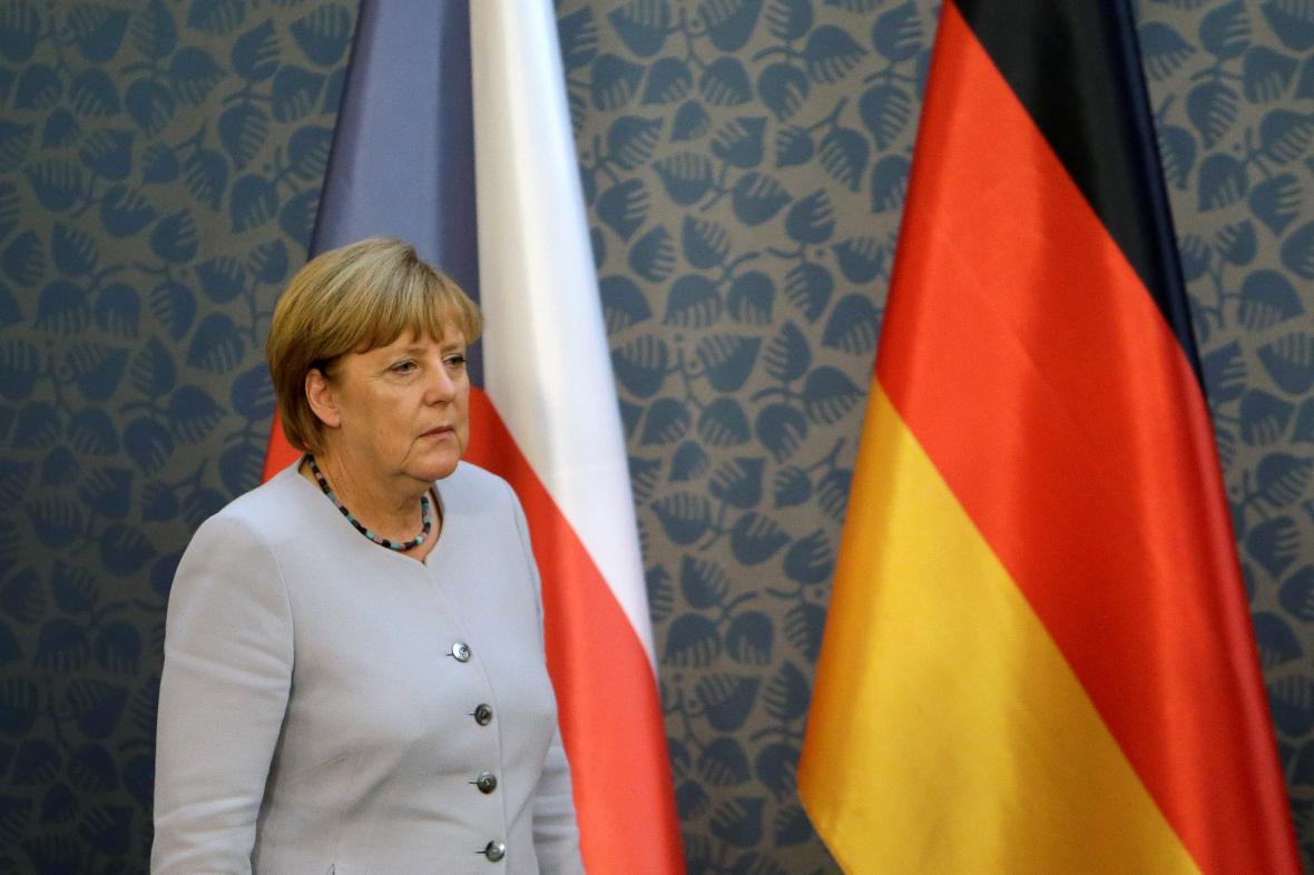Angela Merkelová přichází na brífink v sídle české vlády