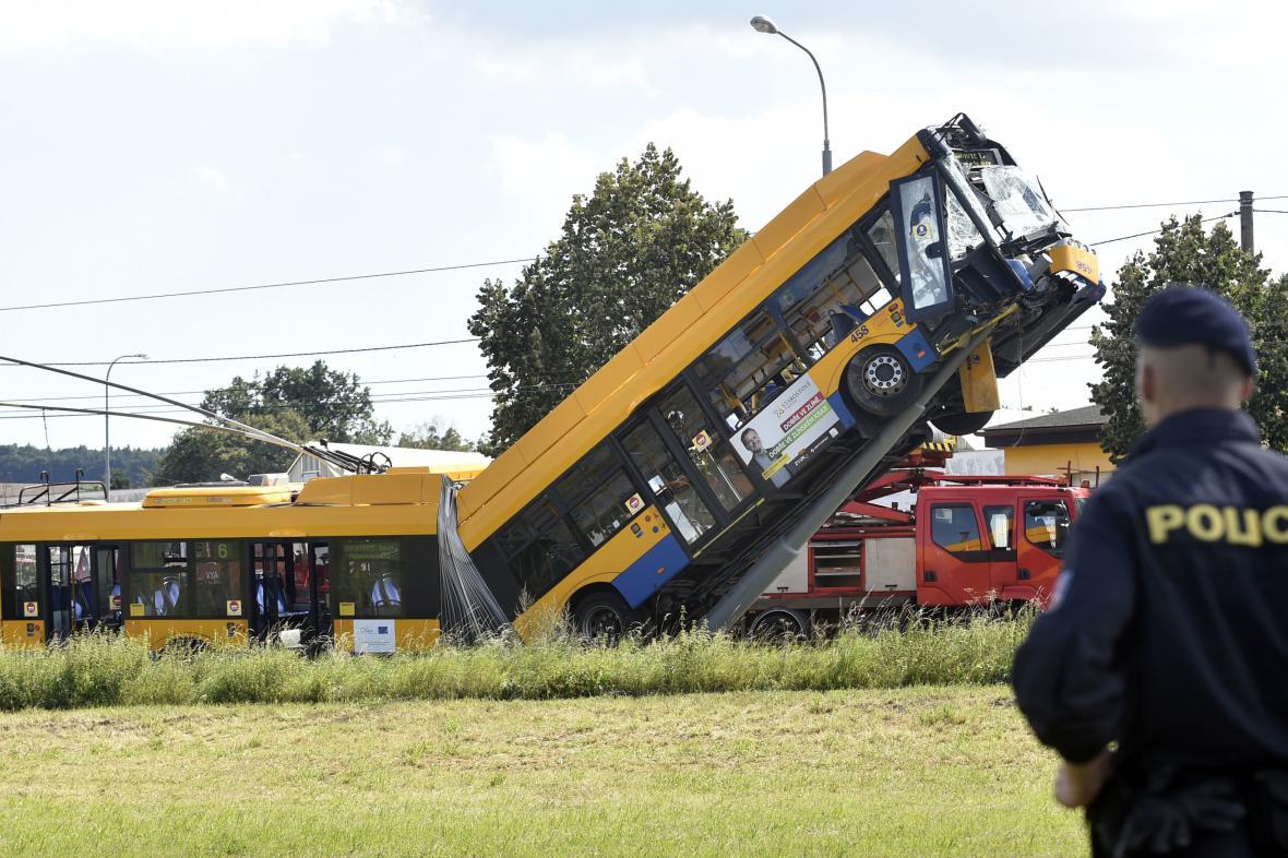Trolejbus najel na sloup trakčního vedení a vyjel po něm nahoru