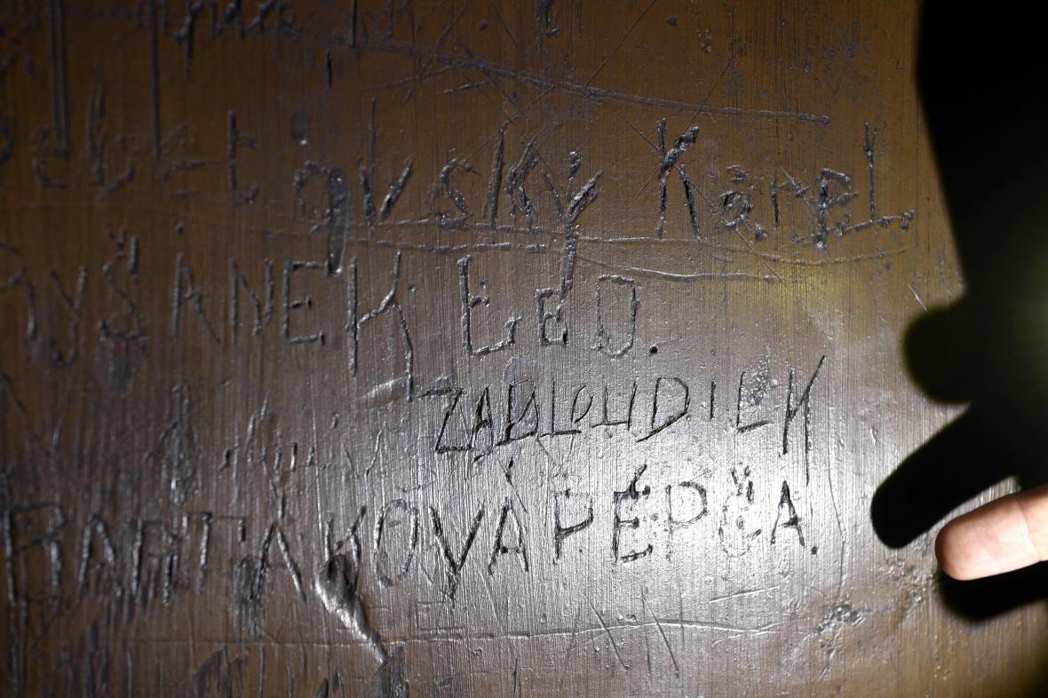 Oběti bývalého režimu připomínají jména na dveřích z cely smrti