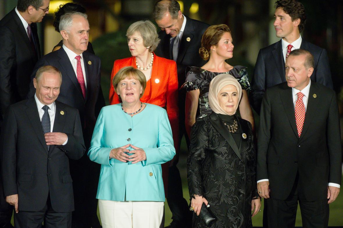 Vladimir Putin, Angela Merkelová a Recep Tayyip Erdogan s manželkou
