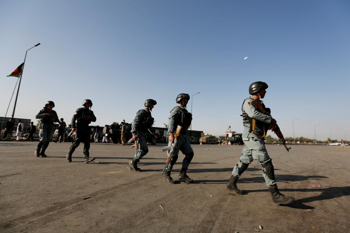 Afghánští vojáci míří na místo útoku v Kábulu