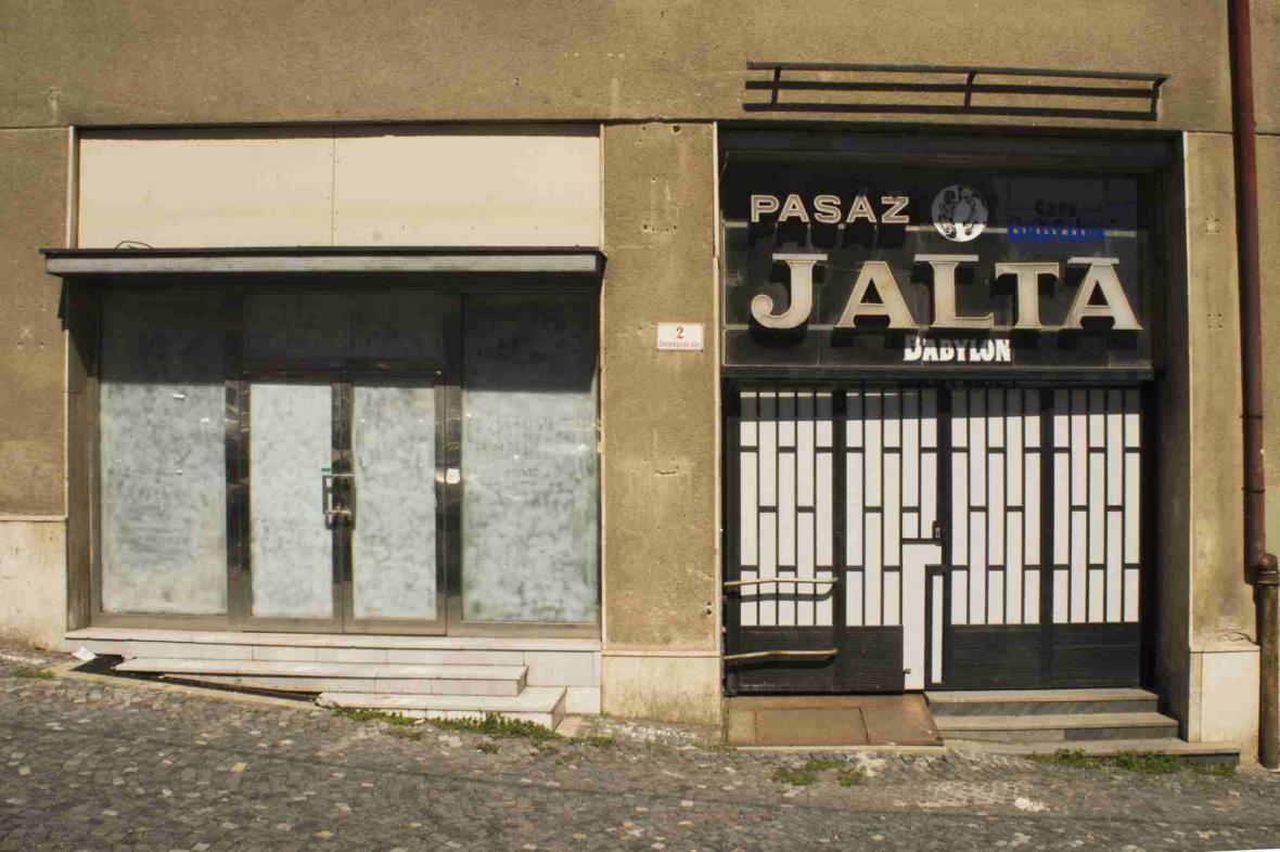 Chátrající pasáž Jalta