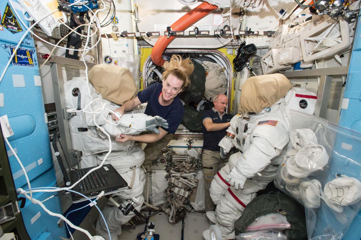 Astronauti uvnitř ISS