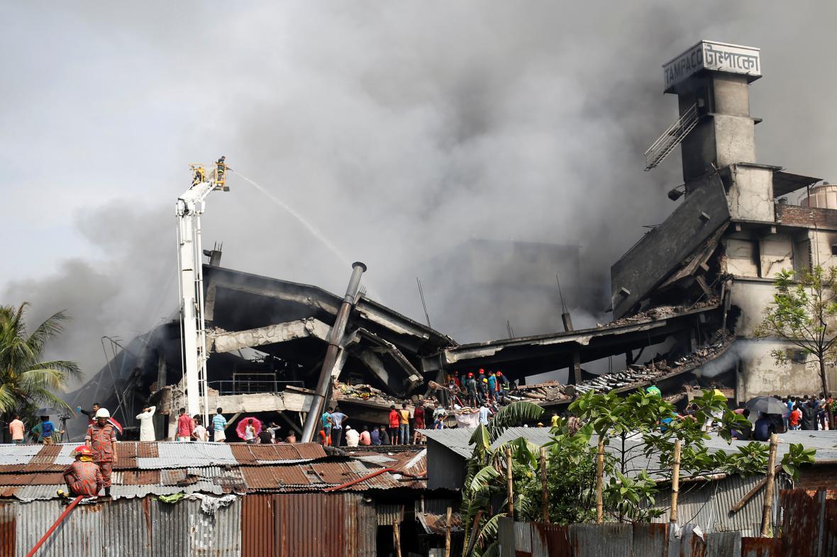 Zničená budova balírny v Bangladéši