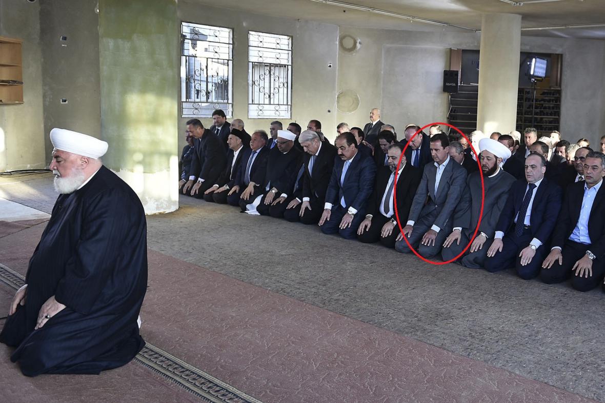 Assad se pomodlil v nedávném symbolu jeho odpůrců