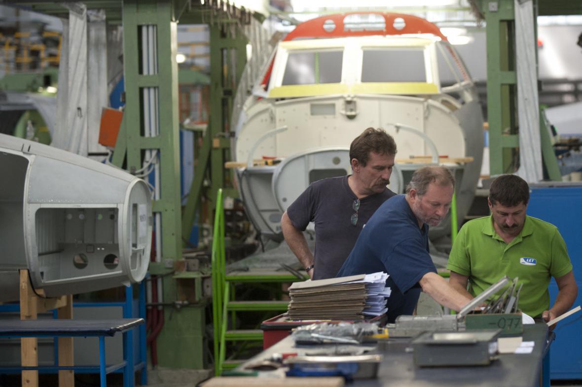 Dvě stovky zaměstnanců letecké firmy zůstávají stále doma