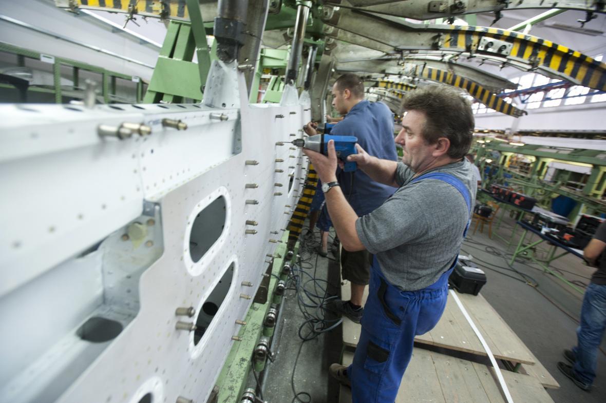 Zaměstnanci Aircraft Industries pracují na montáži letadel