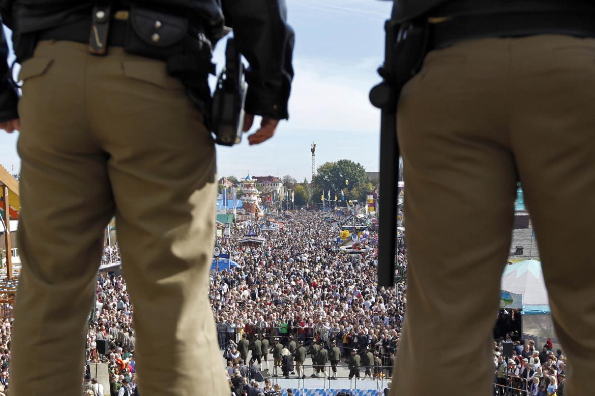 Policisté dohlížejí na konání Oktoberfestu