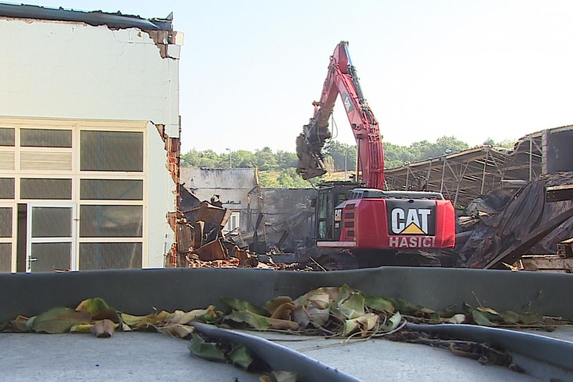 Hasiči v Brně - Černovicích rozebírají vyhořelou halu