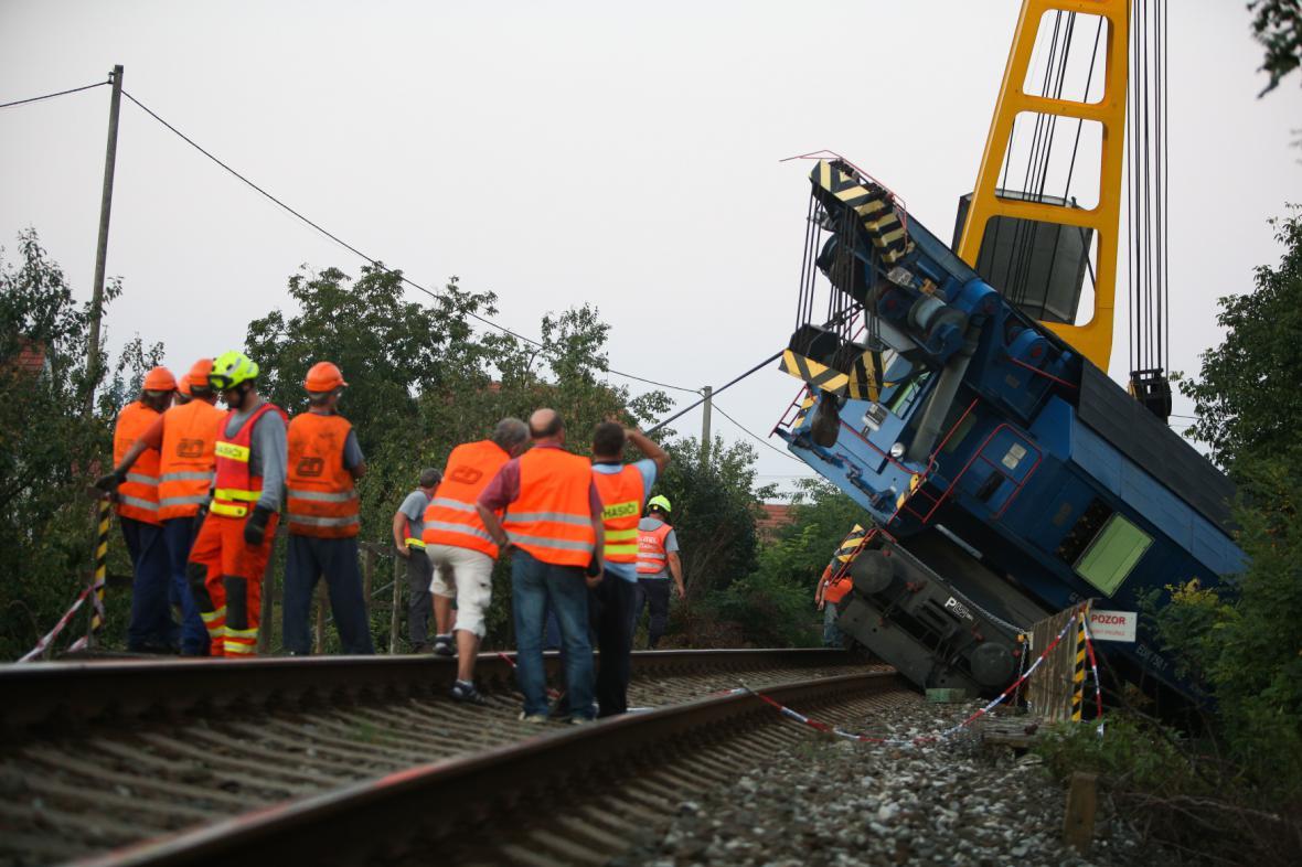 Železničáři vyprošťují vyprošťovací vlak