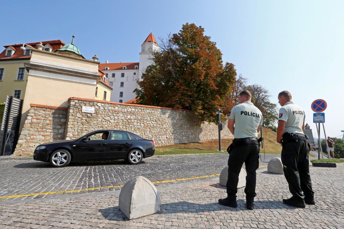 Policisté hlídkují před Bratislavským hradem