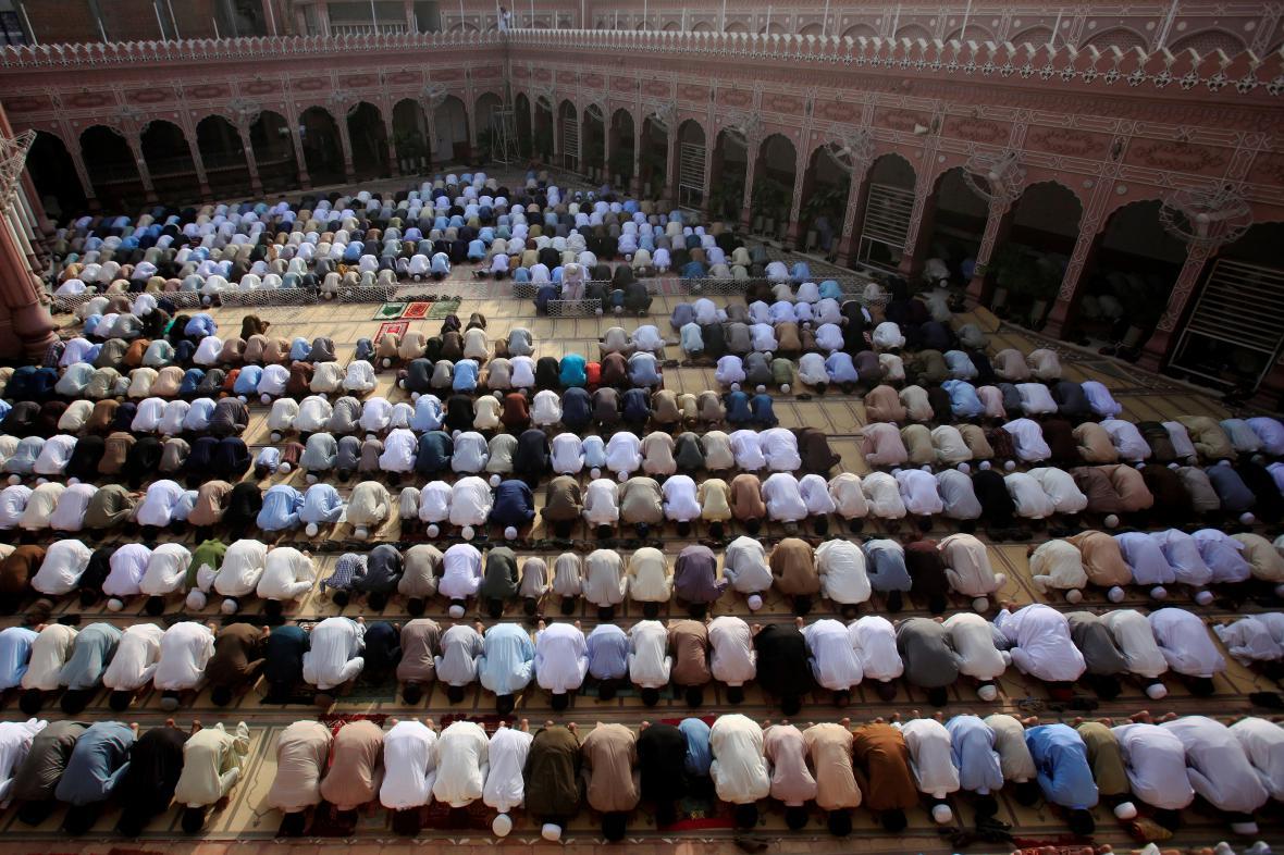Věřící v Pákistánu během modlitby