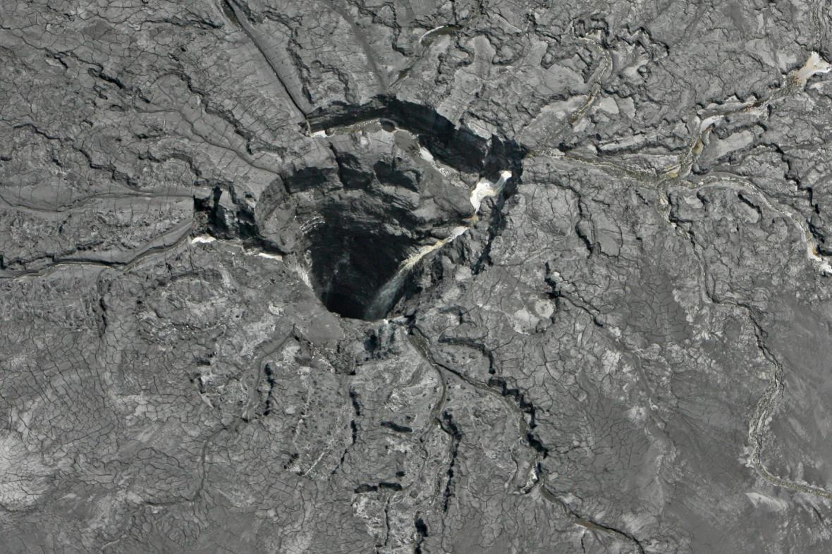 Místo propadu, kde došlo ke kontaminaci půdy
