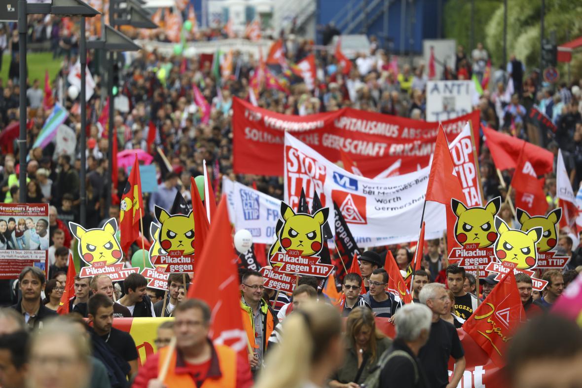Protest v centru Berlína proti smlouvě TTIP