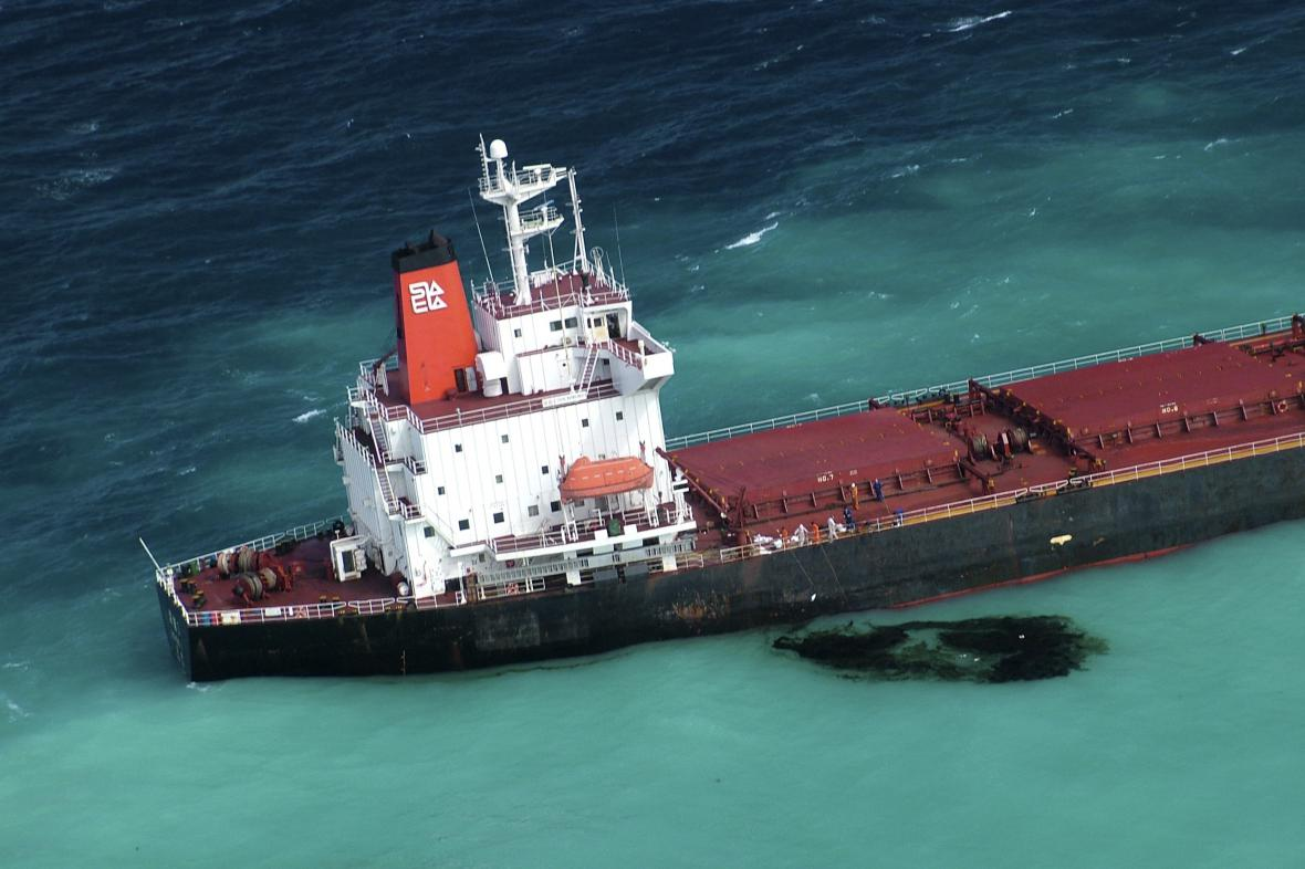 Loď se smýkala po útesu zhruba kilometr