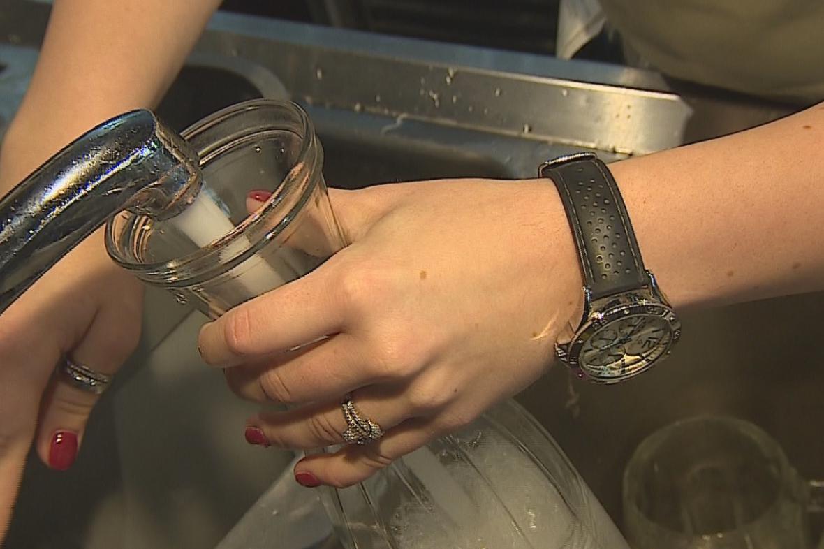 Hygienici v Brně doporučují vodu z kohoutku odpouštět