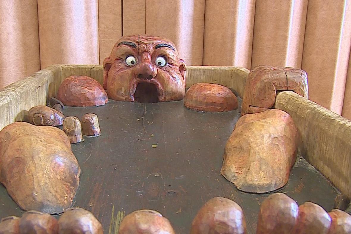 Dřevěný obr polyká míčky