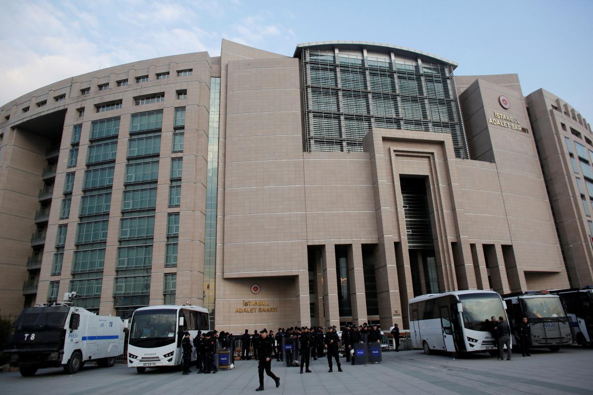 Policie před Justičním palácem v Istanbulu