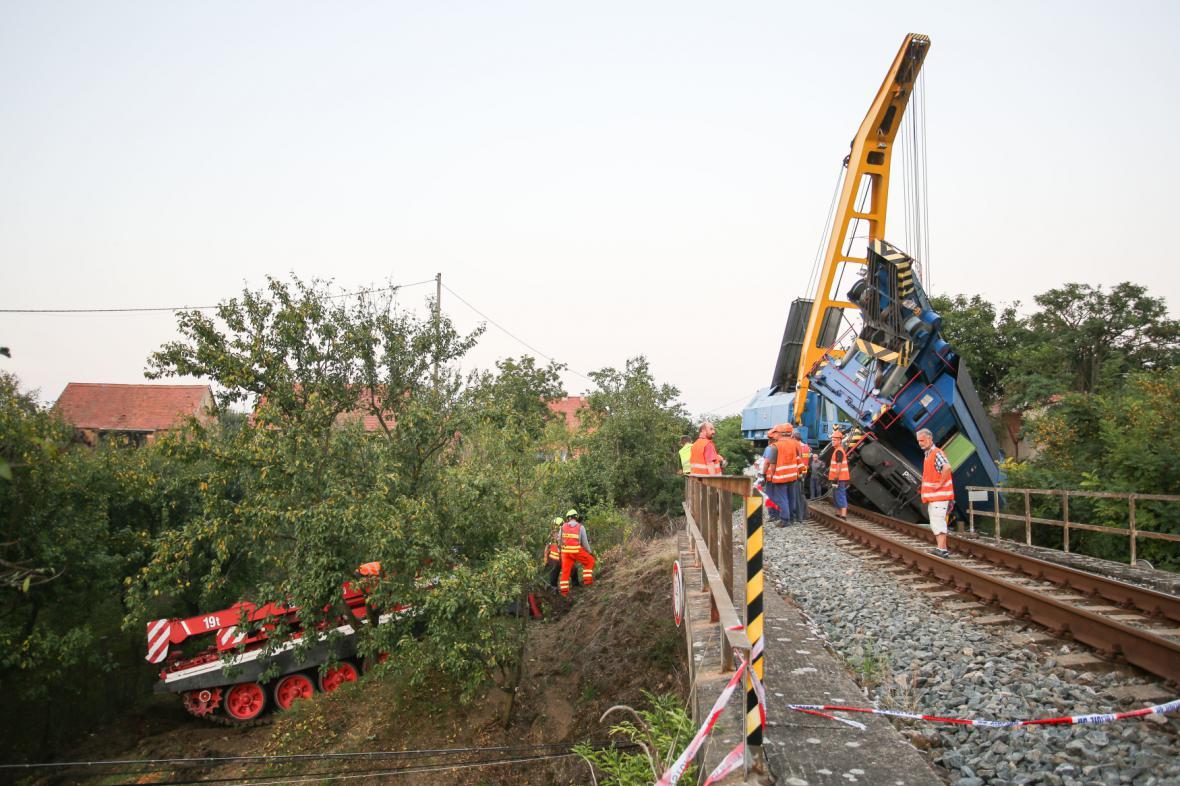 Vyprošťovací vlak i tank selhal. Na záchrannou misi přijede po štěrkovém koberci obří jeřáb