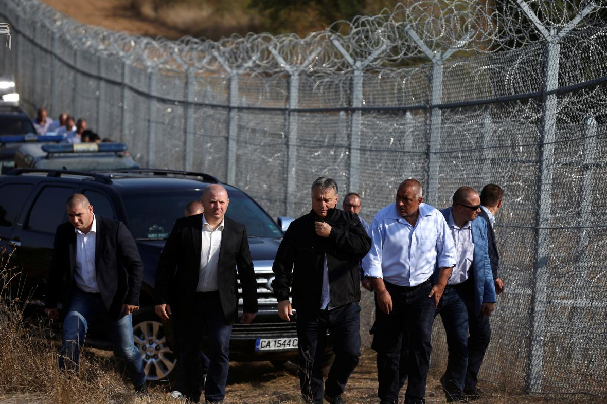 Viktor Orbán během obhlídky plotu na bulharsko-turecké hranici