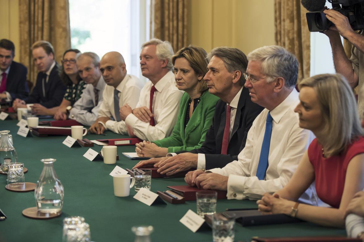Zasedání britské vlády (šéfka vnitra uprostřed v zeleném)