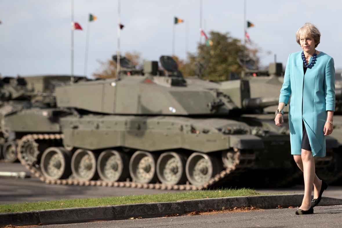 Premiérka Mayová na záříjové návštěvě vojenské základny u Salisbury.