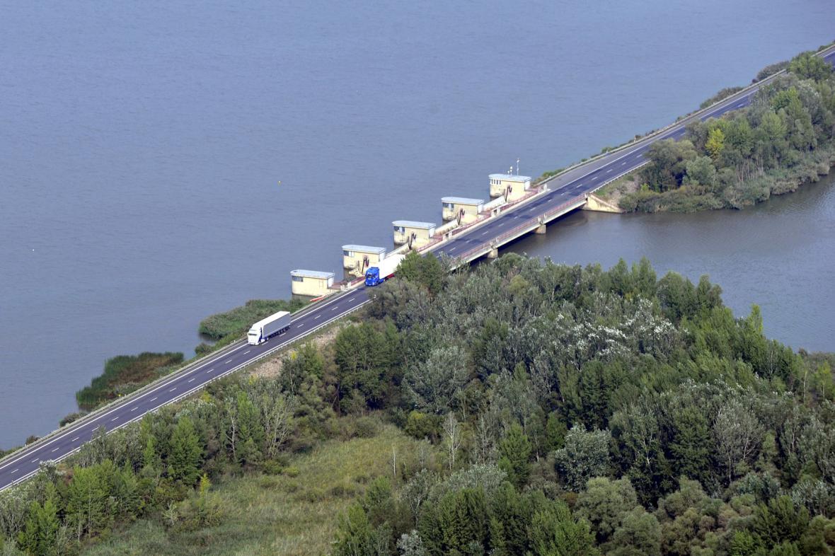 Rychlostní silnice D52 vedoucí přes Nové Mlýny
