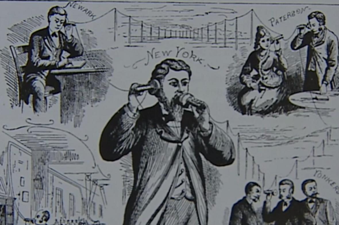 Graham Bell (uprostřed) s prvním telefonem