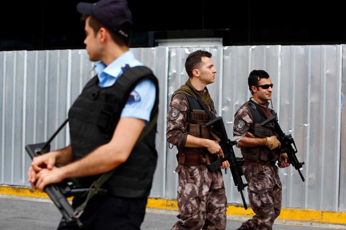 Policejní hlídky u istanbulského letiště