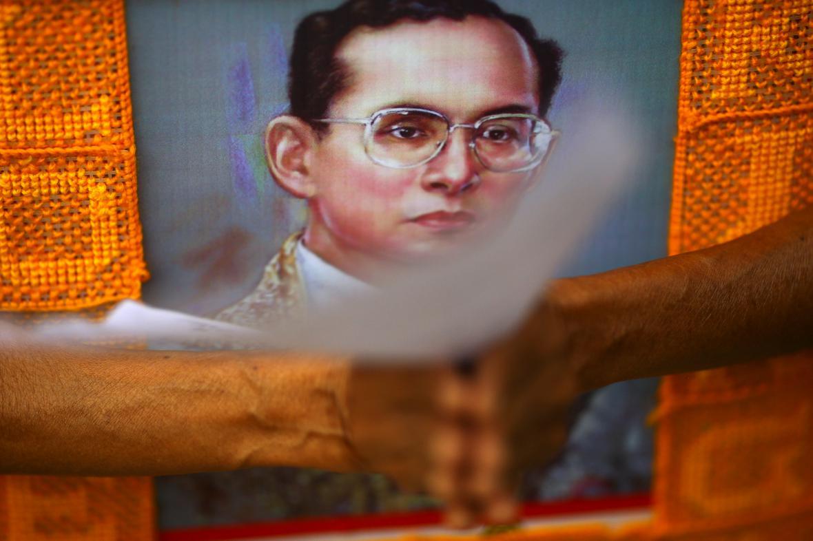 Thajci přišli před nemocnici podpořit svého monarchu