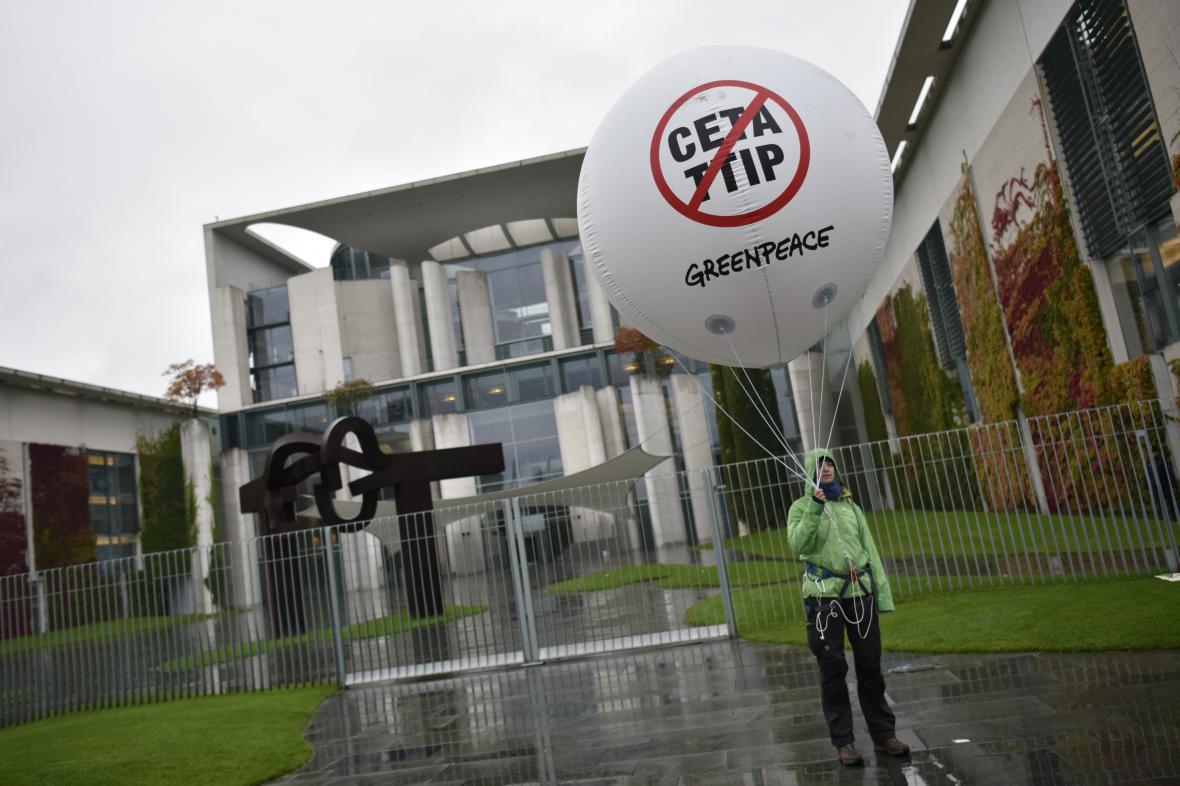 Protestující proti CETA a TTIP před budovou kancléřství v Berlíně