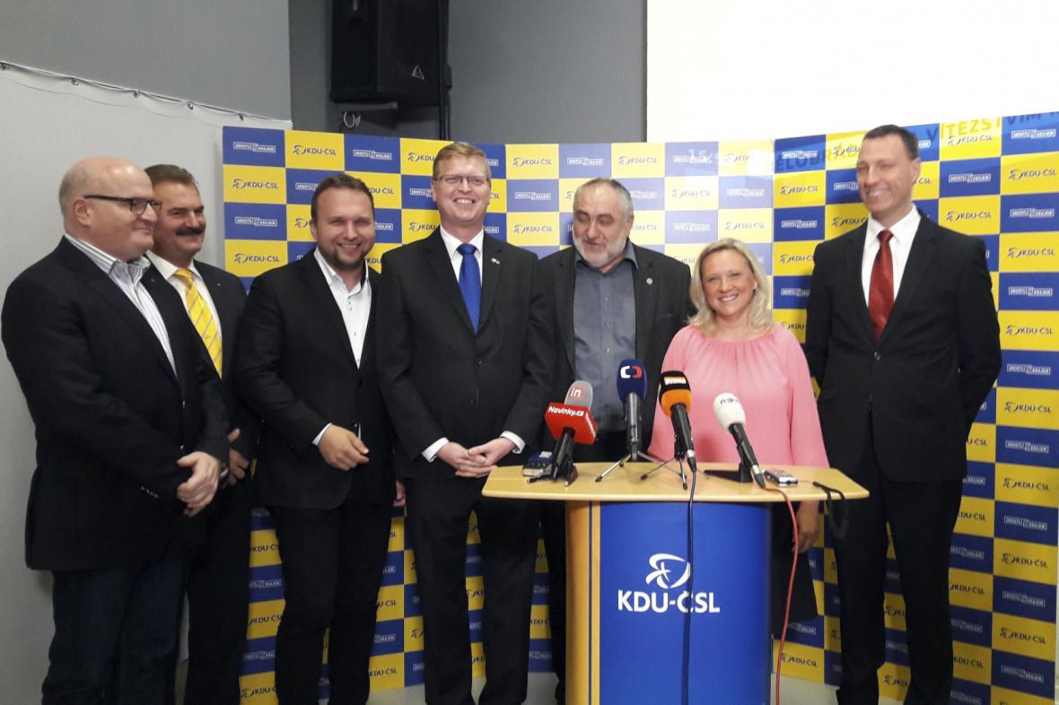 Renata Chmelová spolu s představiteli KDU-ČSL na tiskové konferenci k výsledkům 2. kola senátních voleb