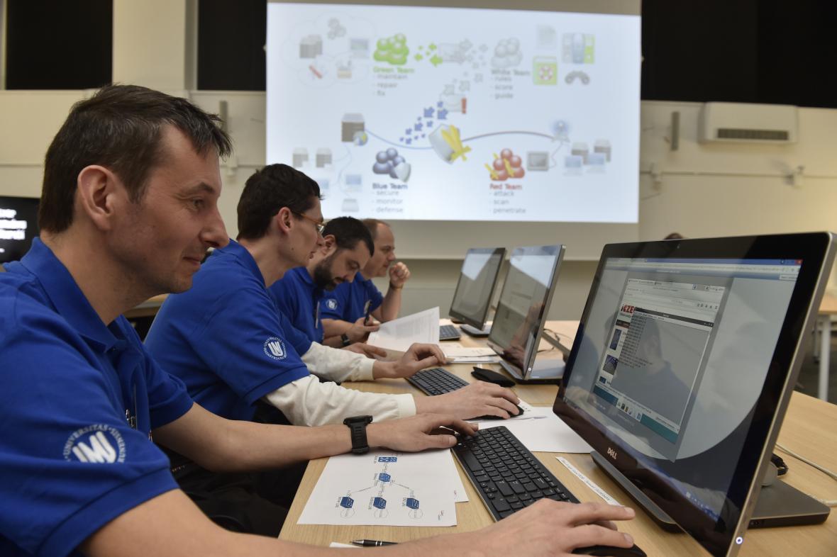 Experti cvičí v polygonu Masarykovy univerzity