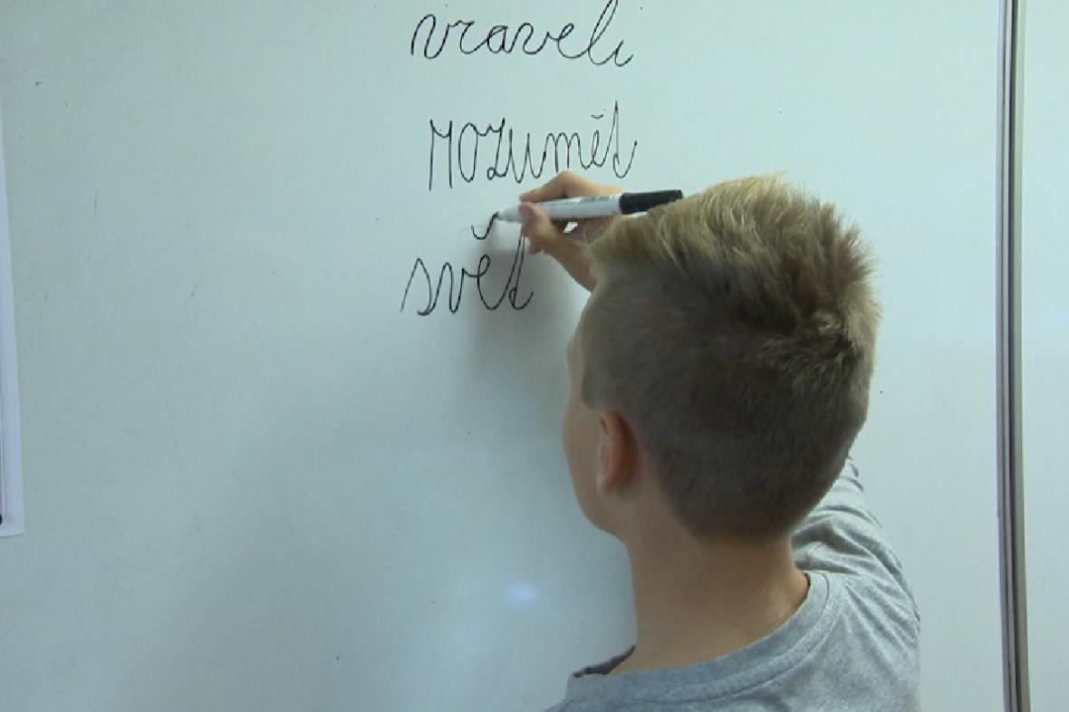Žák píše na tabuli