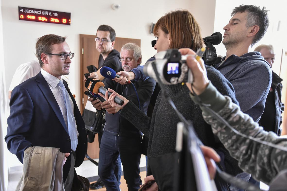 Adam B. Bartoš odpovídá novinářům u soudu