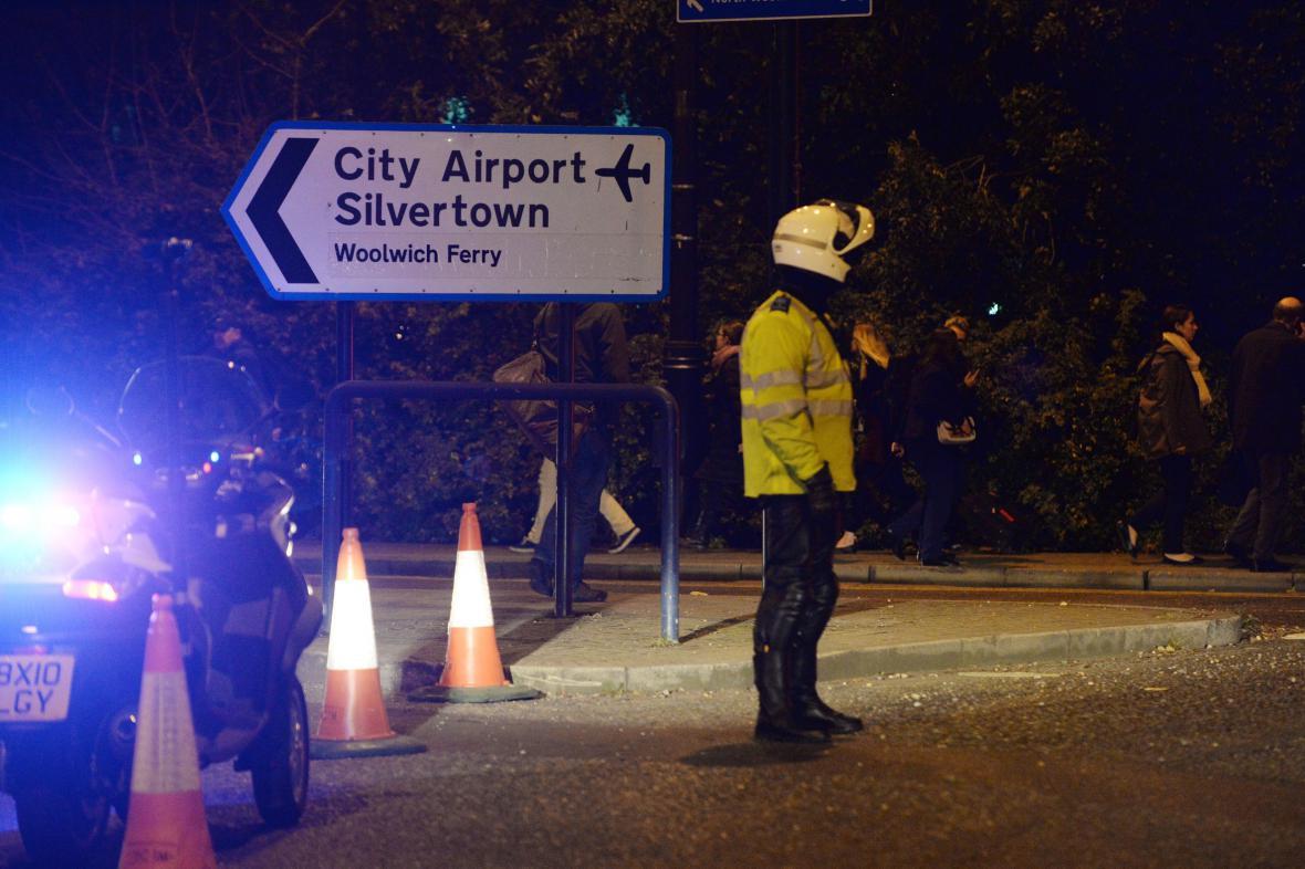 Policisté hlídají cestu k letišti London City
