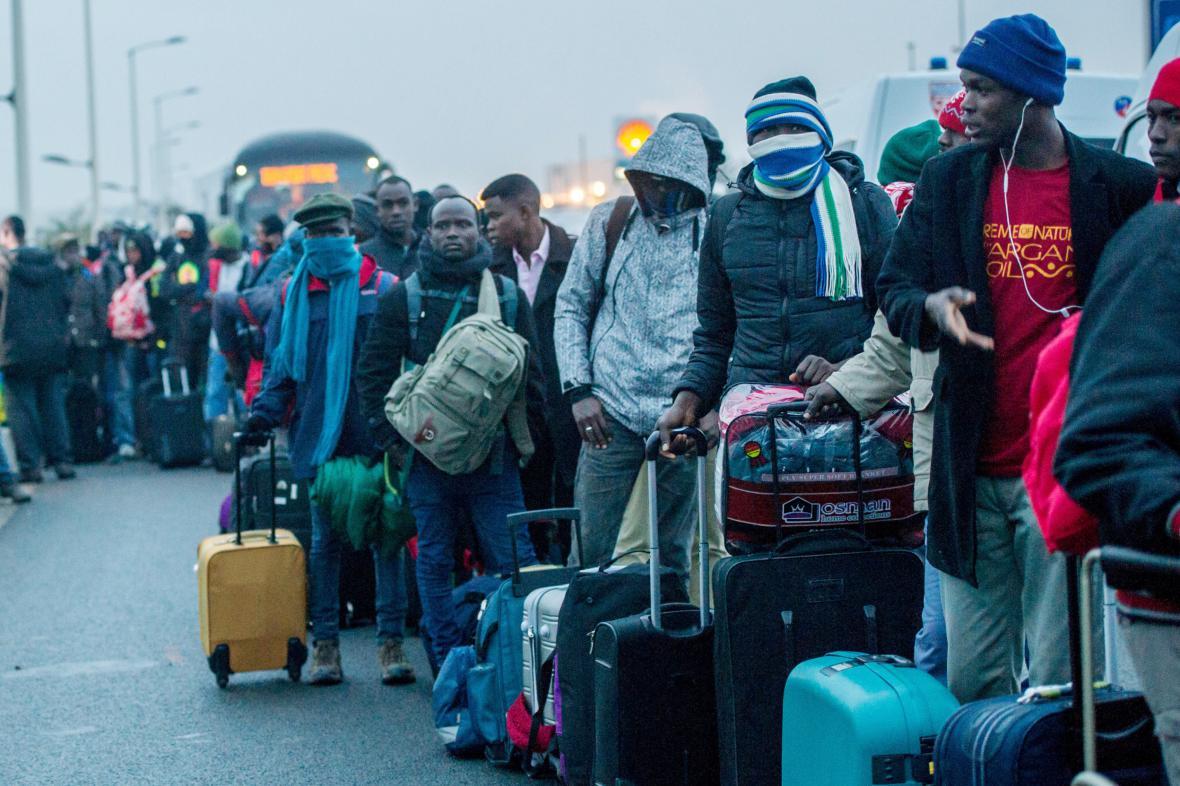 Evakuace uprchlického tábora v Calais na severu Francie