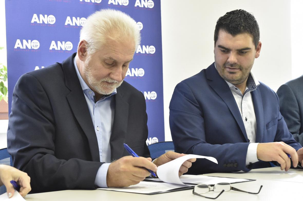 Kandidát na hejtmana Bohumil Šimek (ANO) a jeho první náměstek Roman Hanák (ČSSD)