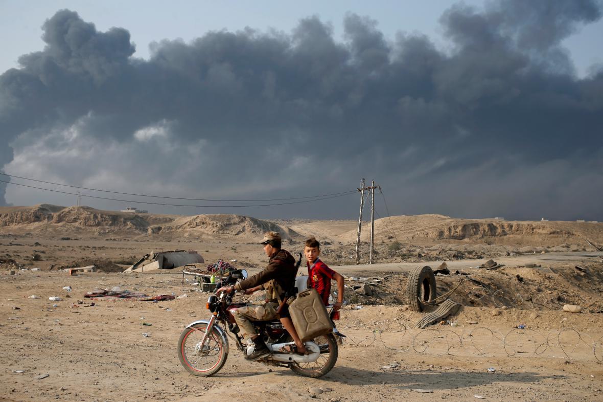 Členové šíítských milicí jižně od Mosulu