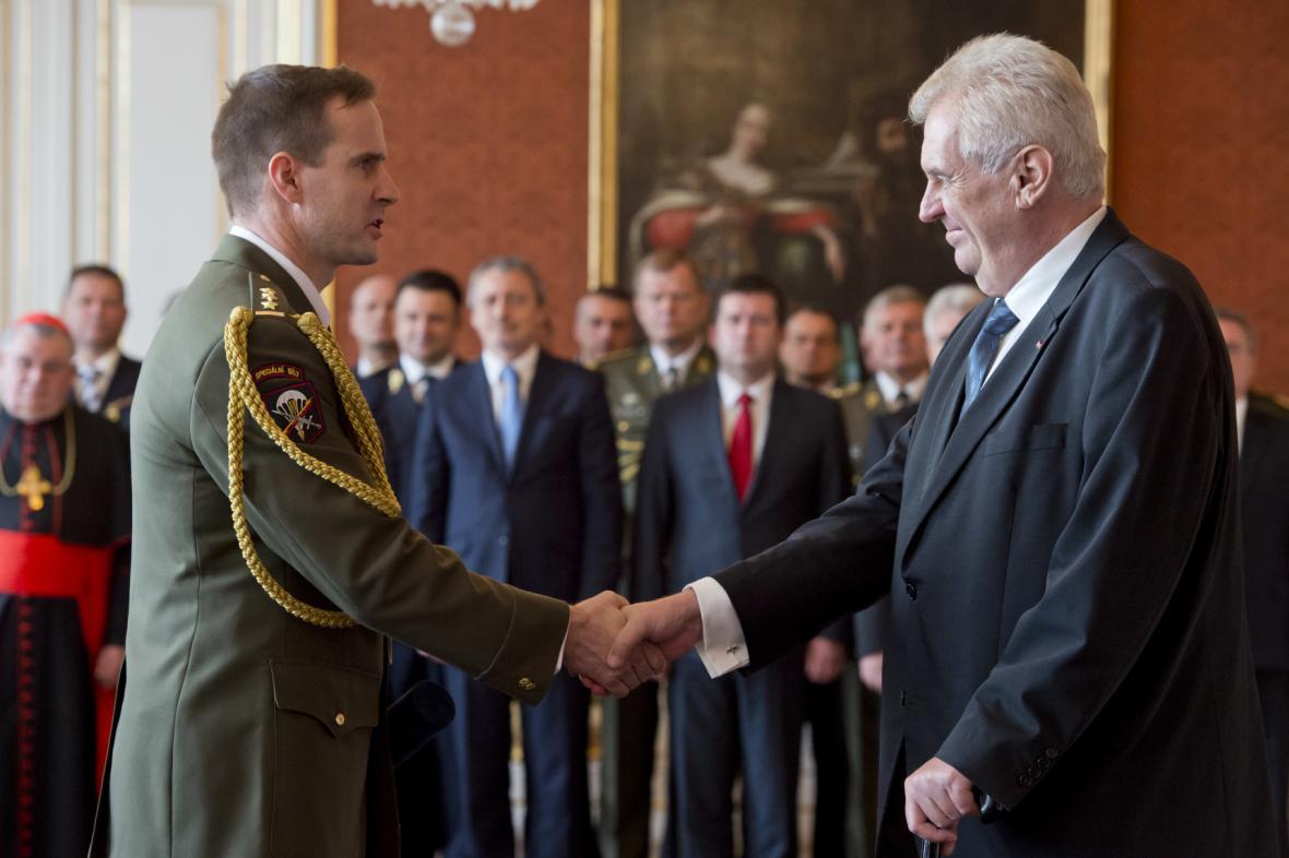 Miloš Zeman s Karlem Řehkou, jedním z jedenácti povýšených generálů